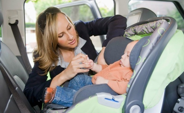 putting-baby-in-car-seat_47738