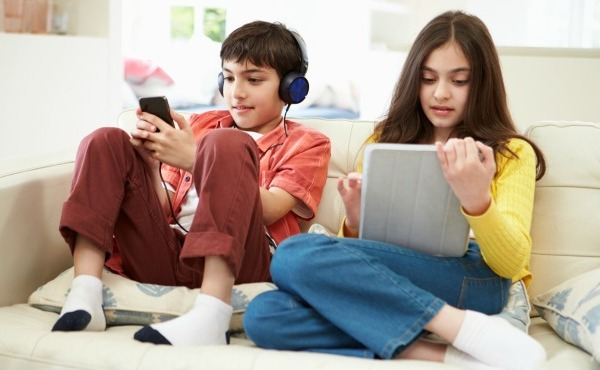 Kids using electronic devices_47591