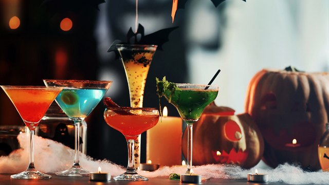 Colorful cocktails and decor for Halloween party, on blurred bac_418928