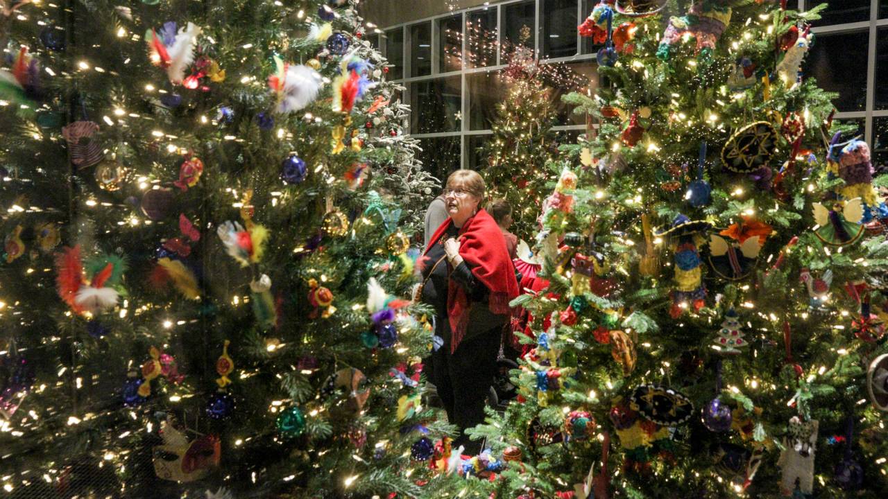 Meijer Christmas Eve Hours.Photos Meijer Gardens Holiday Traditions Exhibit