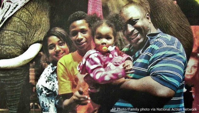 Eric Garner holds young girl with family nearby