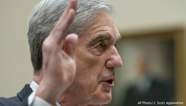 Robert Mueller holds up hand to take oath
