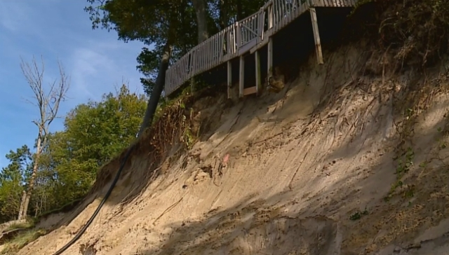 Owners wait for state OK as home dangles near dune edge
