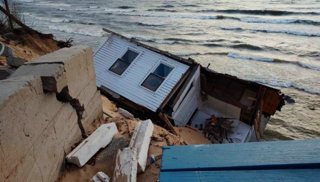 A house near Montague fell from the top of a bluff along Lake Michigan. (Jan. 2, 2020)